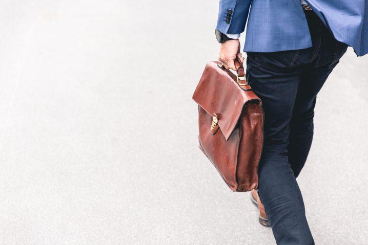 鞄を持つ人